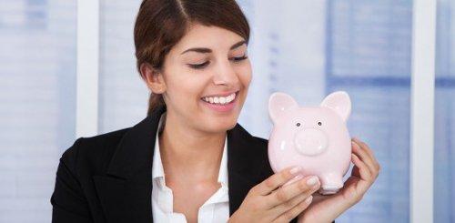 invertir dinero mujer alcancia