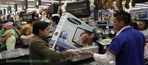 persona comprando en el super