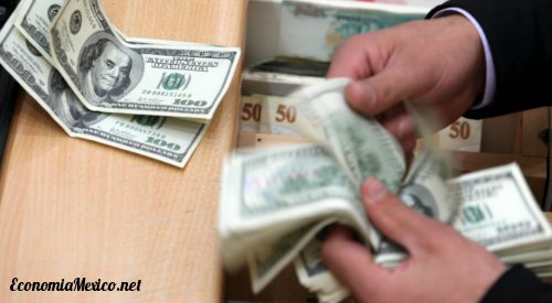 mano contando dolares