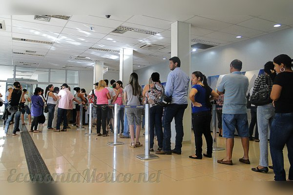 fila gente bancos mexico sucursal